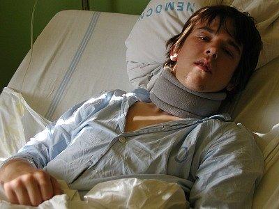 Devatenáctiletý Tomáš Tuček leží v nemocnici s otřesem mozku a pohmožděninami.