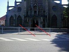Zábradlí před sedleckou katedrálou zčásti zmizí.