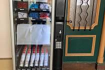 Prodejní automat na ochranné roušky a dezinfekci u vchodu na radnici v Čáslavi.
