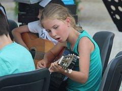 Na Palackého náměstí zahrála kytarová třída ze Základní umělecké školy Kutná Hora