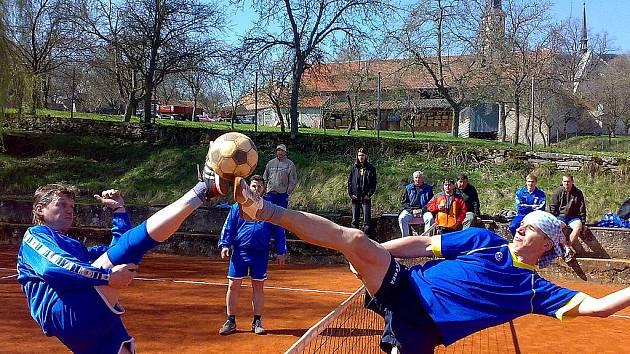 Foto z utkání 1. kola Krajské soutěže: SK Vavřinec - TJ Neratovice, kde momentka zachycuje souboj na síti vlevo Petr Coněk (Vavřinec) a vpravo Josef Weissgarber (Neratovice).
