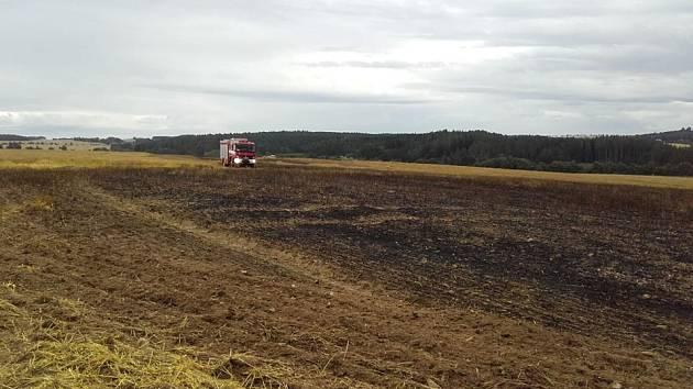 Požár pole u Ratají nad Sázavou 7. srpna 2019.