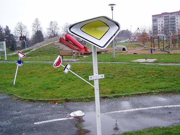 Poničené značky na dopravním hřišti.