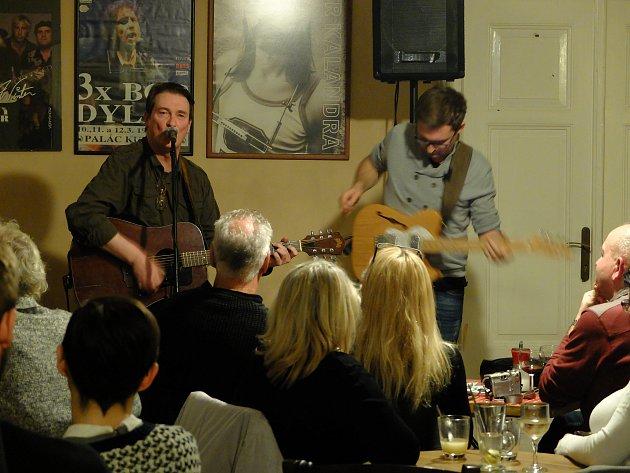 Koncert hudebníka Johna Eiona v Blues Cafe