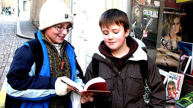 Jedním z prvních kupců knihy Harry Potter a relikvie smrti byl včera kolem poledne v knihkupectví Pergamen – Booknet v kutnohorské Tylově ulici i Martin Kostelecký z Nové Lhoty (vlevo).