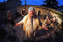 Z vystoupení kapely Čankišou na zahradě restaurace Dačický v Kutné Hoře.