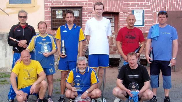 Společné foto nejlepších třech družstev z jednorázového mistrovství trojic pro okresy Kutná Hora a Kolín.