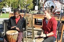 Skupina Nsango malamu zazpívala v Čáslavi v rámci Dvorků.