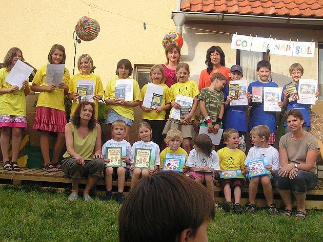 Zahradní slavnost na konci školního roku v Křeseticích.
