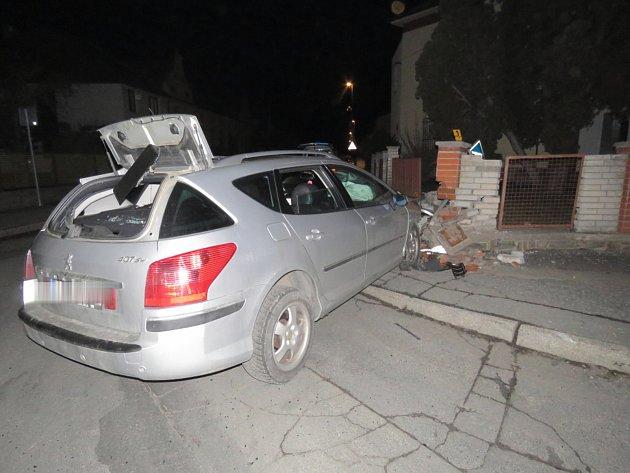 Opilá řidička nabourala do plotu policejní služebny