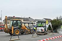 Po zimní přestávce pokračují na Václavském náměstí v Uhlířských Janovicích práce na novém systému parkovaní osobních automobilů.