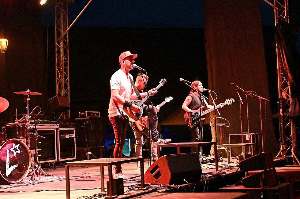 Z koncertu kapel Liwid, Mr. Loco (na snímku) a Divokej Bill ve Zručském dvoře ve Zruči nad Sázavou.
