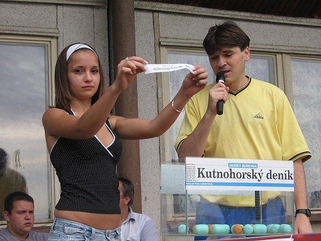 Rozlosování týmů do skupin se ujala první vicemiss Kutnohorska 2006 Monika Rigová.