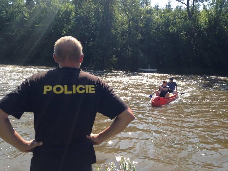 Policejní pátrání po dvou nezvěstných mladících u jezu na řece Sázavě v Soběšíně.