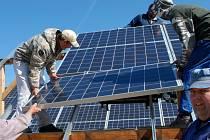 Jedna z největších slunečních elektráren vyrůstá nad Žíšovem.