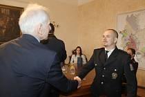 Policistům, kteří zachránili život mladíkovi, poděkoval starosta Čáslavi.