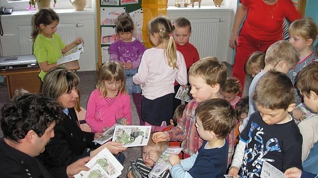 Policisté Vendulka Hanzlová a Daniel Votroubek mezi dětmi v kutnohorské Mateřské škole v Sedlci.
