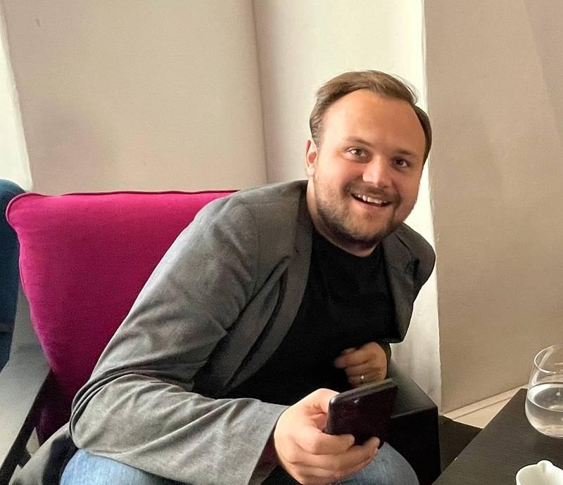 Jiří Havránek sleduje výsledky voleb se štábem SPOLU v Galerii Středočeského kraje.