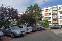 Parkování na sídlišti Šipší v Kutné Hoře.