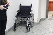 Lidé s pohybovým omezením mohou na úřadě nově využít invalidní vozík.