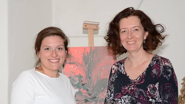 Senioři na Kutnohorsku mohou malovat téměř zdarma, přispěje jim nový fond. Karin Brůžková (vpravo) a Tereza Vrátilová (vlevo).