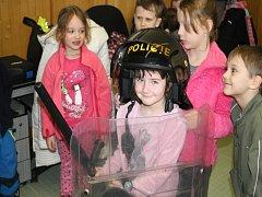 Děti z Mateřské školy Uhlířské Janovice, ze třídy Koťátka, navštívily policisty