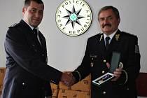 Krajský policejní ředitel Václav Kučera předal medaili 'Za statečnost' čáslavskému policistovi Václavu Průchovi.