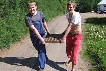 Redaktor Kutnohorského deníku Ondřej Dvořák (vlevo) s externím spolupracovníkem Michalem Pavlíkem s víkem od kanálu, který chtěli zpenežit ve sběrně druhotných surovin.
