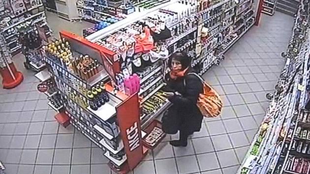 Žena by mohla poskytnout informace ke krádeži peněženky.