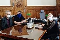 Z jednání nejvyšších představitelů města Kutná Hora v ochranných pomůckách přes obličej.