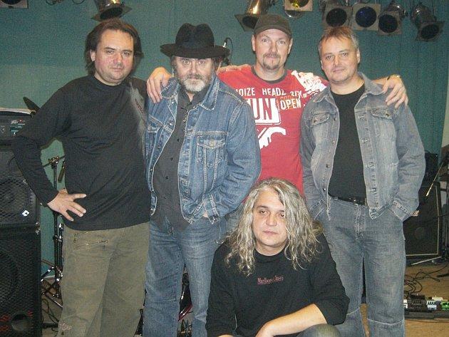 Rocková kapela Derby: (stojící zleva) Stanislav Kuba (basová kytara), Jiří Fiedler (sólový zpěv), Pavel Jeřábek (kytara, zpěv), Martin Roubíček (bicí nástroje, zpěv) a Pavel Mach (klávesové nástroje).