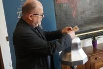Kasička sbírky Zvon pro Jakuba má symbolický tvar zvonu