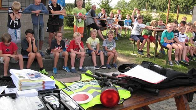 Policisté navštívili malé fotbalisty na táboře  v Červených Janovicích.