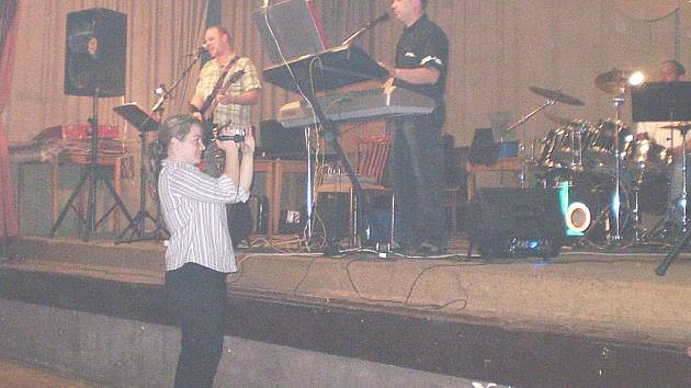 Kapela Trio na pódiu sokolovny v Bohdanči.