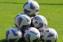 Pyramida z fotbalových míčů. Ilustrační foto.