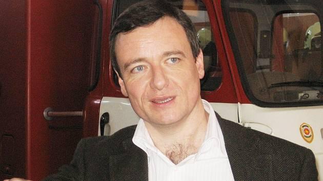 Poslanec David Rath při prohlídce kutnohorské stanice hasičského záchranného sboru.