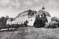 Zámek v Roztěži je na fotografii zachycen na přelomu 30. a 40. let 20. století.