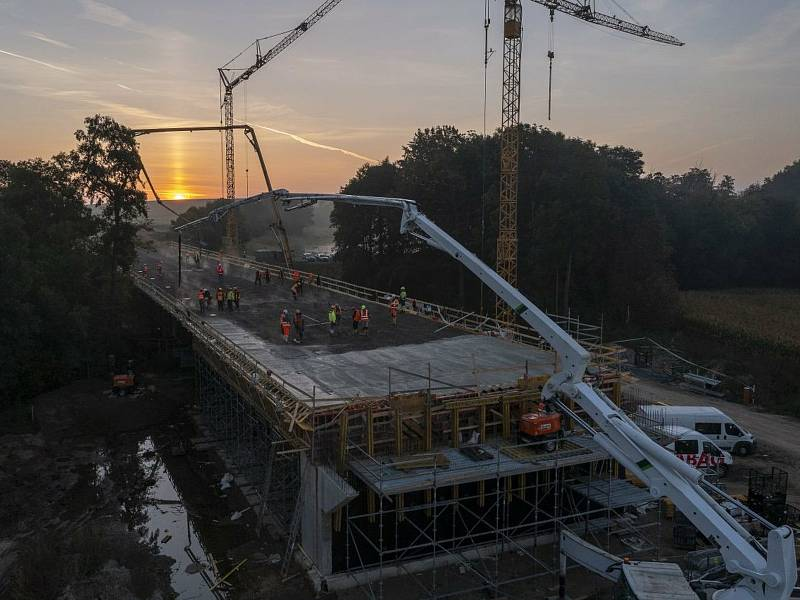 Z noční stavby mostu na silničním obchvatu kolem Církvice.