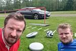 Tomáš (vlevo) a Martin Frejlachovi: pohodička po tréninku na fotbalovém hřišti v Malešově.