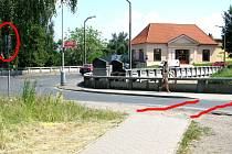 Zanedbaný přechod v ulici Za Rybníkem v Čáslavi. Červené čáry vyznačují zebru, která neodolala povětrnostním podmínkám a na povrchu vozovky tak není téměř vidět. Elipsa ukazuje značku přechod pro chodce, která vzhledem k zakrytí větvemi ztrácí na významu.