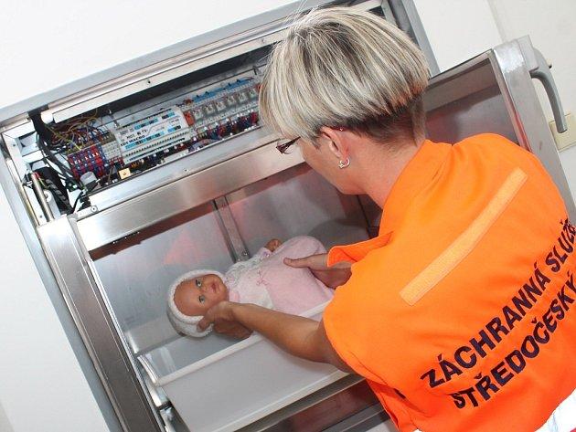 Záchranáři si zkusili vyjmutí dítěte z babyboxu na panence Terezce.