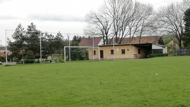 Hřiště fotbalistů Miskovic je proslulé svým velkým sklonem.