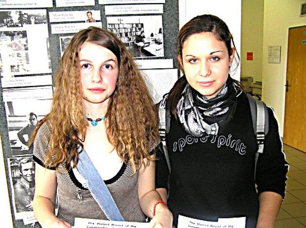 Úspěšné studentky kutnohorského gymnázia v okresním kole konverzační soutěže v angličtině skvěle reprezentovaly svou školu zleva Aneta Martínková a Hana Čepová.