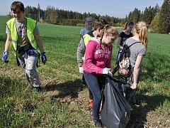 Den Země: do úklidu přírody se zapojili také žáci Základní školy ve Zbraslavicích.