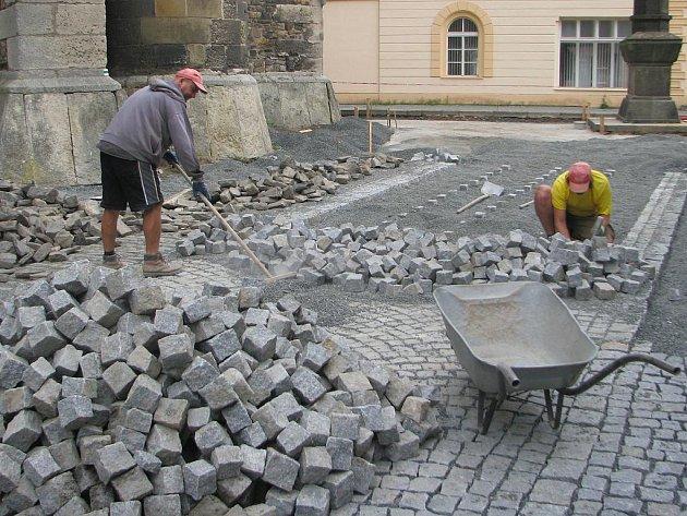Dokončovací práce na rekonstrukci Kostelního náměstí v Čáslavi.