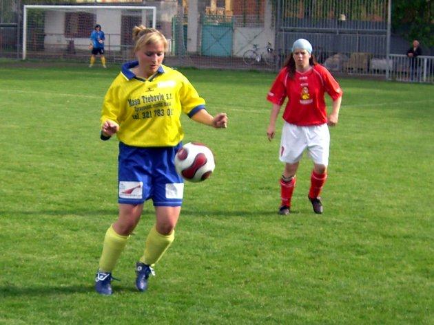 Zuzka Vedralová (s míčem) v utkání Uhlířské Janovice - Pavlíkov 4:2
