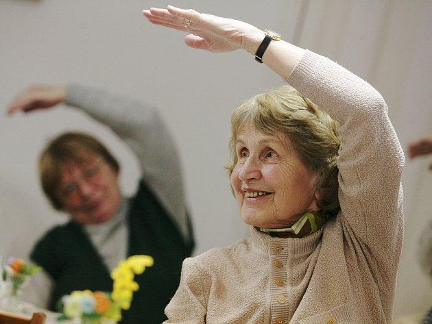 Cvičení v klubu důchodců.