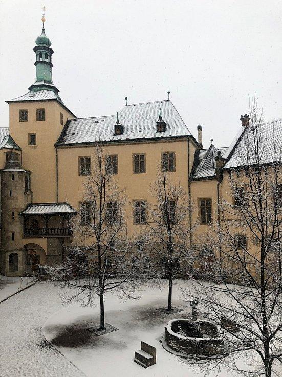 Zasněžené nádvoří Vlašského dvora v Kutné Hoře.