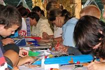 Děti při tvorbě masek na karneval