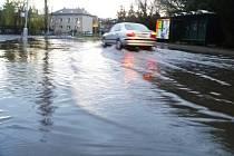 Voda zaplavila ulici Sadová v Čáslavi před zemědělskou školou.